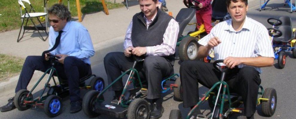 Polgármester mulat, gyerekek kegyelem-padban