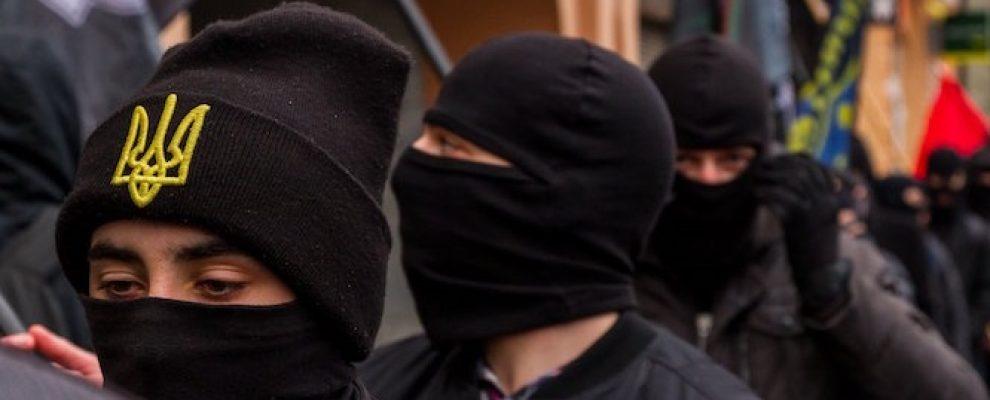 """Ukrán nacionalisták a """"nemzetek Európáját"""" éltető fekete ruhás felvonulást tartottak Ungváron"""